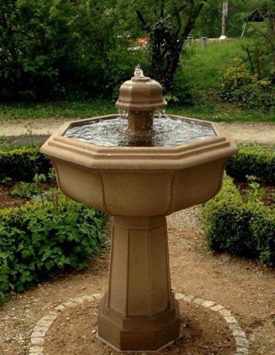 No.1 - ungewöhnlicher Säulenbrunnen mit einer Kuppel als Auslauf
