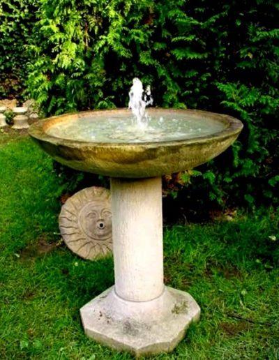 No.11 - schlichter, klarer Säulenbrunnen als Springbrunnen aus Stein