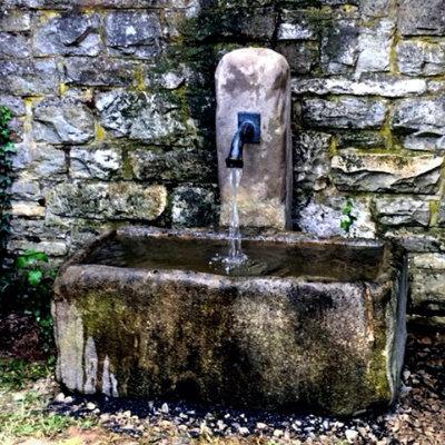 antiker Brunnen aus Sandstein